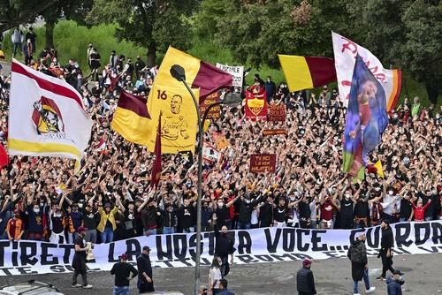 ВИДЕО. Фанаты Ромы горячо провожали команду перед полуфиналом Лиги Европы