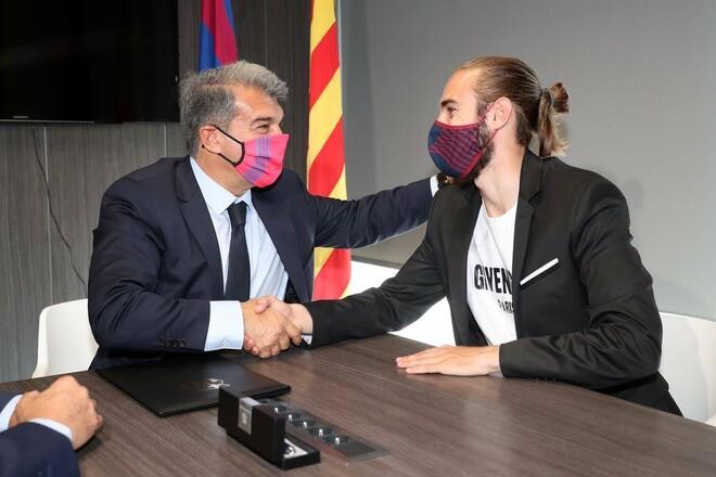ОФИЦИАЛЬНО. Барселона продлила контракт с молодым защитником