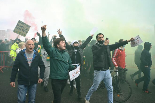 ФОТО. Большой протест. Фаны МЮ прорвались на поле перед матчем с Ливерпулем