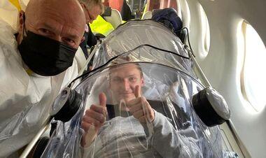 ФОТО. Зараженный бадминтонист вернулся домой из Киева в капсуле