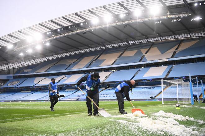 ФОТО. Манчестер Сити и ПСЖ играют на заснеженном поле полуфинал ЛЧ