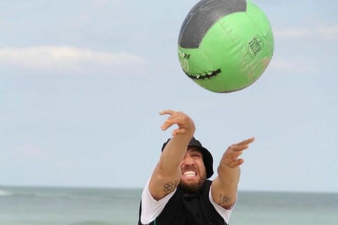ФОТО. Ломаченко тренируется на берегу моря с огромным мячом
