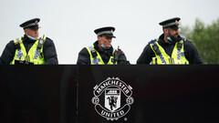 ФОТО. Снова проблемы. Автобус Ливерпуля заблокировали на пути к стадиону