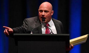 ВИДЕО. Экс-чемпион UFC попался на удушающий прием от звезды рестлинга