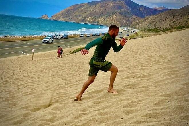 ФОТО. Ломаченко тренируется на калифорнийском песке