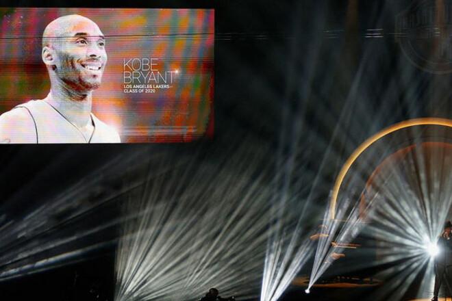 ВИДЕО. Коби Брайант посмертно введен в Зал славы НБА