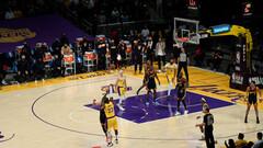 Трехочковый Леброна принес Лейкерс победу над Голден Стэйт в плей-ин НБА
