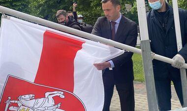 Міжнародний скандал. У Ризі замінили прапор Білорусі на біло-червоно-білий