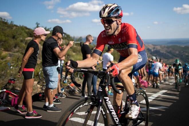 ВИДЕО. Велогонщик чудом не врезался в машину на Джиро д'Италия