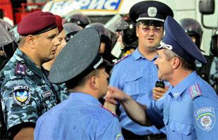 Милиционеры учат английский к Евро-2012