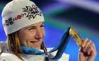 Анастасия Кузьмина празднует победу в спринте