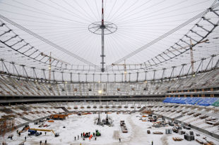 Над стадионом в Варшаве натянули крышу