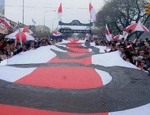 Фанаты Ривер Плейт пронесли по улицам 8-километровый флаг