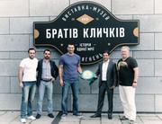 Братья Кличко передали в музей свои чемпионские пояса