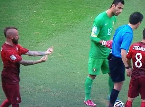Неприличный жест Мейрелеша судье матча Германия - Португалия