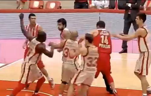 Баскетболисты Олимпиакоса и Галатасарая устроили драку+ВИДЕО