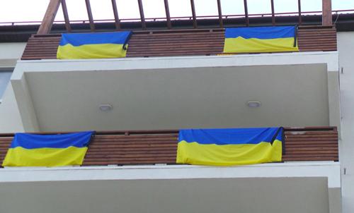 Украинцы в Сочи вывесили траурные ленты