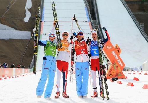 Команда Норвегии выигрывает лыжное двоеборье
