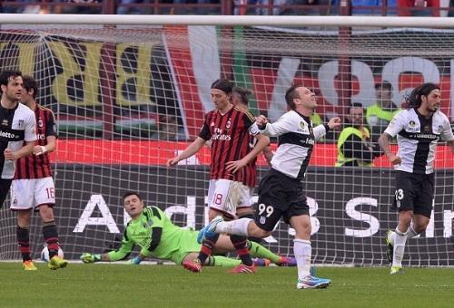 Милан проиграл Парме в драматичном матче