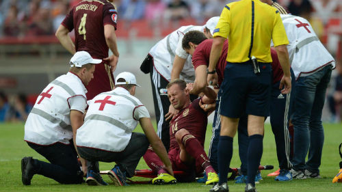 Березуцкий травмировал позвоночник в матче с Австрией