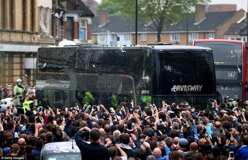 Автобус Манчестер Юнайтед был атакован фанами Вест Хэма