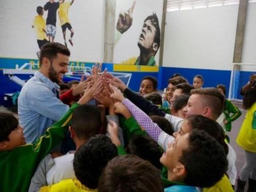 Форвард Динамо помогает бразильским детям