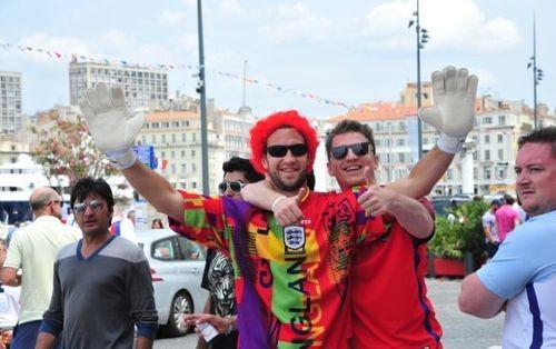 Англичане забросали бутылками российский автобус