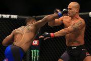 UFC. Вудли завоевывает пояс чемпиона, нокатировав Лоулера
