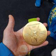 Фото дня: Золотая медаль Рио в руках Олега Верняева
