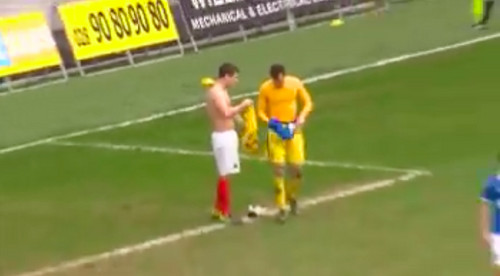 Полевой игрок отбил пенальти после удаления вратаря