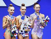 Getty. Дина Аверина и Арина Аверина выиграли золото и серебро в упражнениях с обручем. Справа — бронзовый призер Кахо Минагава из Японии. 30 августа 2017