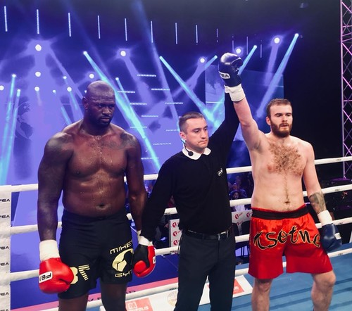 Рогава победил соперника, который был тяжелее на 22 килограмма