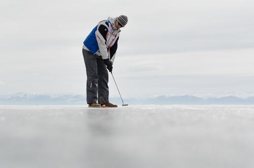 Видео дня. Гольф на льду опасен для здоровья