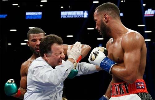 Чемпион мира по боксу ударил судью во время поединка