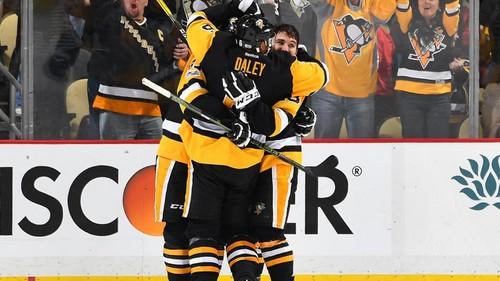 НХЛ. Историческая победа Айлендерс в Бостоне, триллер в Питтсбурге