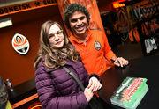 500 болельщиков посетили автограф-сессию с Азеведо