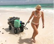 ФОТО ДНЯ. Олимпийская чемпионка в купальнике убирает мусор на пляже
