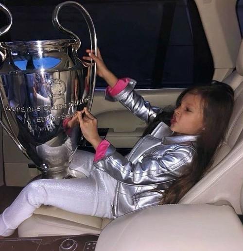 ФОТО ДНЯ. Девочка и кубок Лиги чемпионов УЕФА