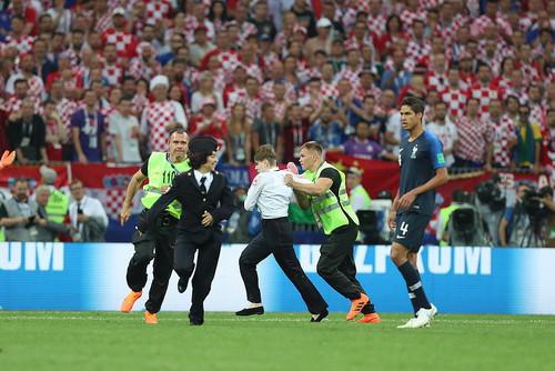 Активисты Pussy Riot выбежали на поле во время финала чемпионата мира