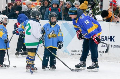 Легенды украинского хоккея провели мастер-класс для детей