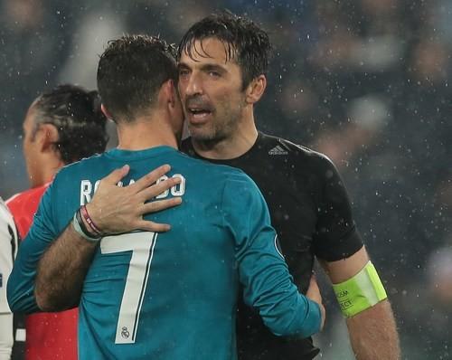 Роналду обнял и поцеловал Буффона после матча Лиги чемпионов