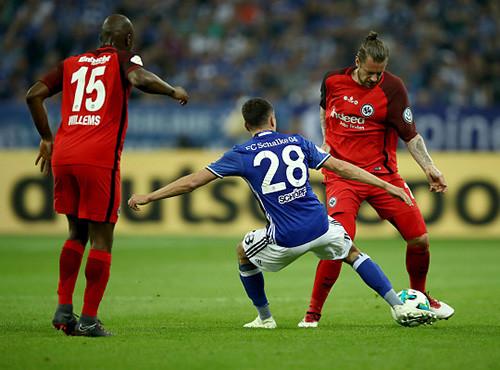 Франкфуртский Айнтрахт обыграл Шальке и вышел в финал Кубка Германии