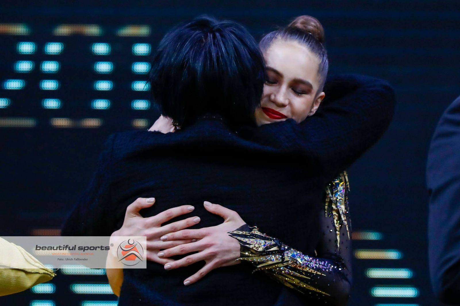 Влада Никольченко принимает поздравления от Ирины Дерюгиной